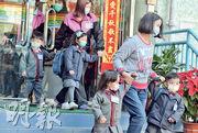 位於馬鞍山的康傑中英文幼稚園暨幼兒中心昨發通告,指接獲家長通知有學童感染乙流,要求全校學生戴口罩上課,只准一名家長進入校園接送學童。昨午放學時段,學童及校內職員均佩戴口罩。(劉焌陶攝)