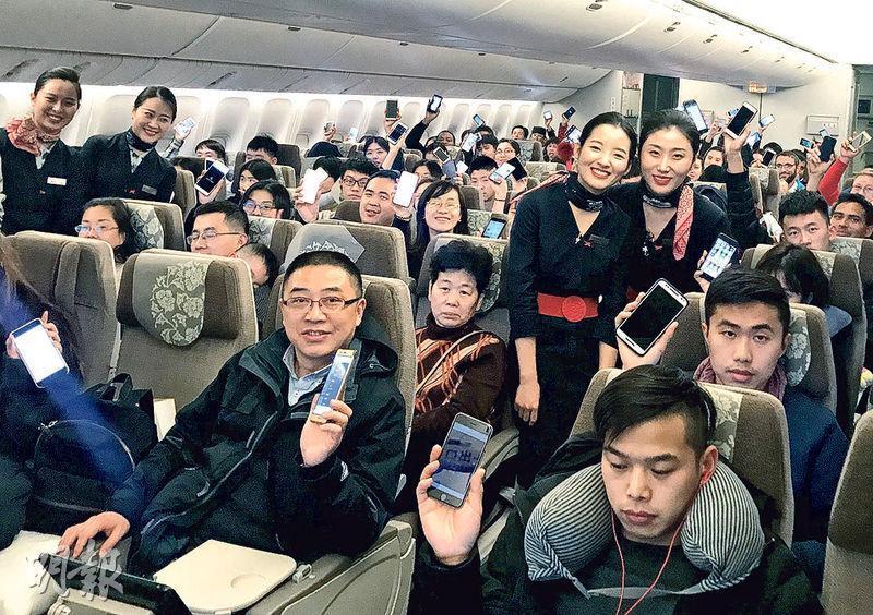 東方及海南航空昨日航班開放使用小型電子器材,乘客多在機上使用手機,但手機須設為飛行模式。圖為東航機艙。(新華社)