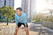上屆十公里冠軍陳家豪(圖、下圖左)轉戰半馬拉松,除了太太姚潔貞(下圖右)擔任最強後盾,即將降臨的小生命亦是最強推動力。(鄭嘉慧攝)