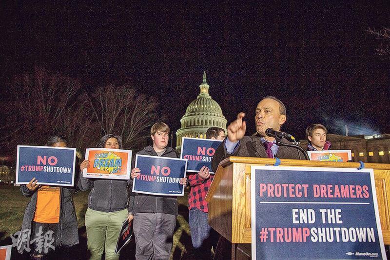 民主黨眾議員古鐵雷斯(Luis Gutierrez,前)上周五在國會外示威,為「追夢者」爭取權益。(法新社)