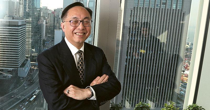 創新及科技局長楊偉雄接受本報訪問,解說《香港智慧城市藍圖》,他希望將創新、科技、數據3種元素注入智慧城市的管理。(李紹昌攝)