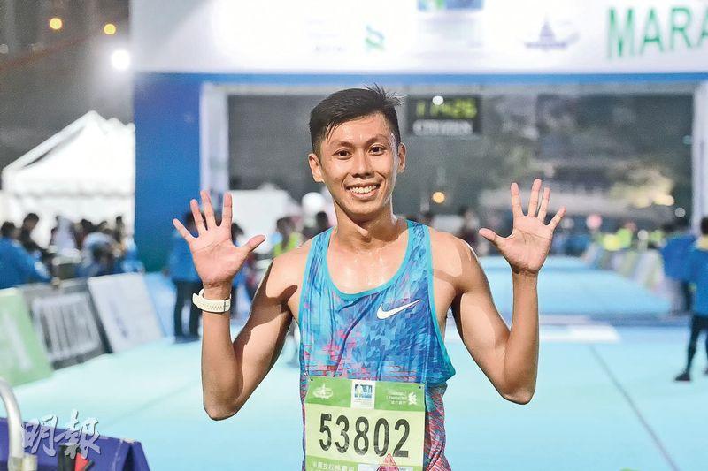 相隔10年再踏渣馬半馬賽場,上屆十公里冠軍陳家豪以總成績第5名衝線,賽後滿意地高舉雙手紀念10周年。(楊柏賢攝)