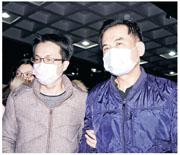 香港女子在台灣接受抽脂手術期間昏迷,送院不治,台灣警方拘捕4名診所醫護人員,其中劉姓醫師(左)付30萬台幣交保候傳,葉姓麻醉師(右)付10萬台幣交保,兩人昨被追問案件時不發一言。(中央社)