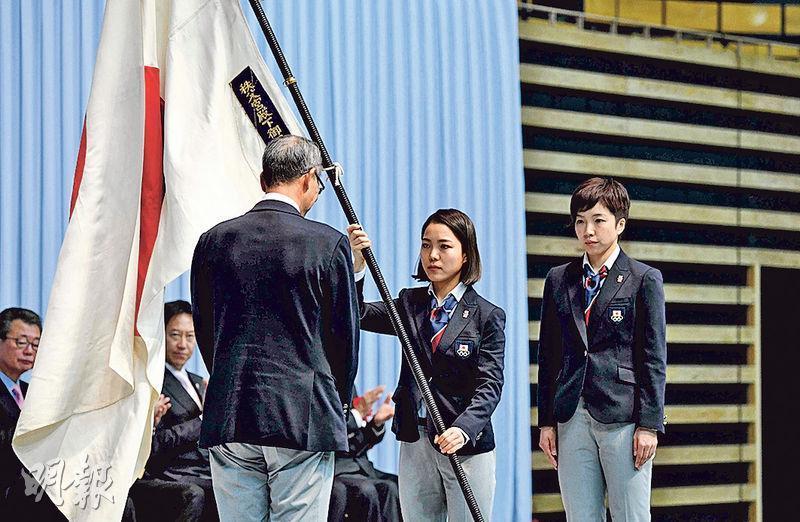日本代表團昨在東京舉行授旗儀式,標誌日本正式組隊出戰平昌冬奧。(法新社)