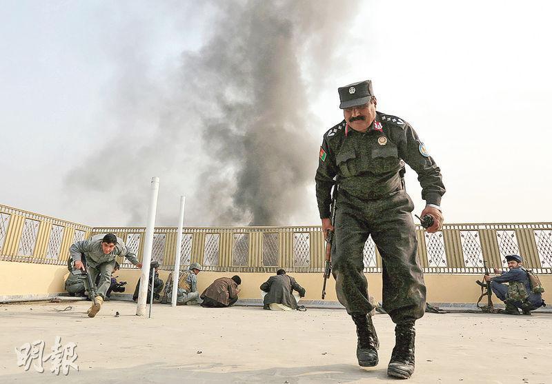 賈拉拉巴德的警察昨日在與武裝分子槍戰之中走避和找掩護。(路透社)
