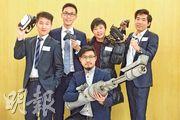 青年創研庫公布有關香港電競業發展研究報告,成員帶來多件道具,包括手掣、VR眼鏡及虛擬武器,表達產業需多元發展,增加發揮機會。(鄧宗弘攝)