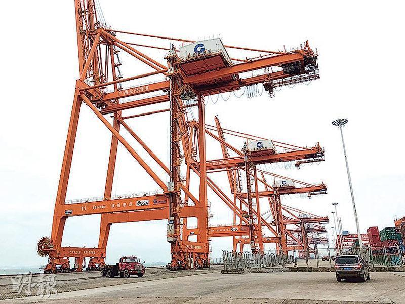 北部灣港是南向通道的重要港口,吞吐量由2006年的3348萬噸增長到2016年的1.396億噸,年均增長15.35%。港口於去年11月起每天都有航班到香港葵涌碼頭,故香港也從南向通道獲益。(劉頌陽攝)