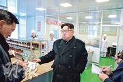 上周四朝中社報道領袖金正恩(右)視察平壤製藥廠。消息人士稱這類「指導巡視」也是朝鮮耗費的宣傳活動。(法新社)