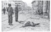 本地歷史研究者高添強稱,美軍二戰時曾將金鐘海軍船塢及附近軍營列作轟炸目標,當年灣仔被誤炸,導致大量平民傷亡。高添強指此相片很可能是於1945年1月美軍空襲灣仔後所攝。(高添強提供)