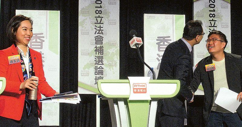 香港電台昨早舉行港島區補選選舉論壇,當時區諾軒(右)仍未獲通知提名是否有效,另一名參選人任亮憲(中)趨前跟區握手問候。論壇上,新民黨陳家珮(左)認為周庭被取消參選資格(DQ)不存在中央干預,指周庭咎由自取,「(DQ決定)是根據黨章決定,絕非『阿爺話事』。因為阿爺的底線一向存在,只不過是你們不斷去挑戰」。區諾軒說,新民黨主席葉劉淑儀得悉周庭被DQ前後反應不一,嘲諷對方「跟着西環走」,正是所謂的「理性務實」。(楊柏賢攝)