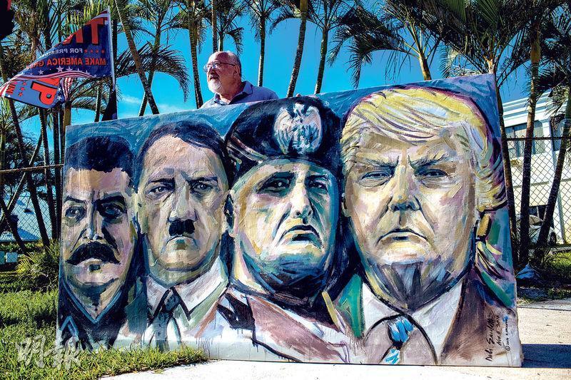 2018年1月有示威者在佛羅里達州的特朗普物業「海湖莊園」附近展示一幅畫像,畫中特朗普(右起)與墨索里尼、希特勒和斯大林並排,諷刺他跟獨裁者無異。