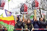 在德國柏林的土耳其大使館外,上周五(1月26日)有聲援庫族的示威,抗議土耳其出兵阿夫林,示威者手持的標語把土耳其總統埃爾多安描繪成恐怖分子。(法新社)