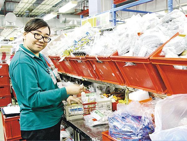 張靖妍培訓時須按航班要求整理所需物資,「工作有挑戰性,因貨品瑣碎,單是茶包已分很多種」。(相片由受訪者提供)