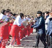 朝鮮女子冰球代表隊(左方)1月25日抵達韓國,在國家代表選手村獲韓國冰球代表隊歡迎。