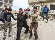 敘利亞反對派在東古塔的據點近日受政府軍猛烈空襲,圖為東古塔居民周二在倒塌樓房瓦礫中救出一名男孩。周二的空襲據報造成超過60人死亡。(法新社)
