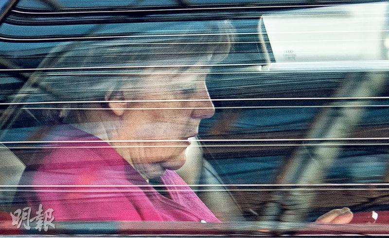 德國總理默克爾昨日坐車離開柏林的黨總部。(法新社)
