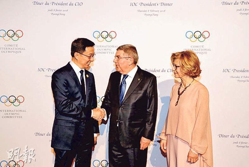 中共中央政治局常委韓正(左)昨日在韓國平昌,與奧委會主席巴赫(中)及其夫人會面。(路透社)
