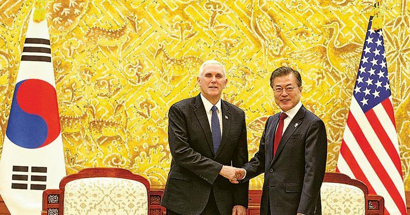 美國副總統彭斯(左)昨抵達韓國首爾,與韓國總統文在寅(右)會面,彭斯提到會致力使朝鮮放棄核計劃。(法新社)