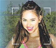 換臉軟件能按照用戶提供的相片重新繪製相中人的圖像,與影片中人替換,製作偽冒名人演出的色情片。圖為軟件分析色情片演員Riley Reid圖像的示意圖。(網上圖片)