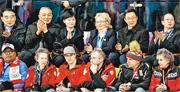 中國隊對陣加拿大的冰壺混雙比賽,國家主席習近平特別代表、政治局常委韓正(後排右二)出席觀看,陪同的還有外交部副部長李保東(左一)、北京市委書記蔡奇(左二)和體育總局局長茍仲文(右一)。(中新社)