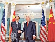 國務委員楊潔篪(左)於美國時間2月8日與美國國務卿蒂勒森(右)會晤。(中新社)