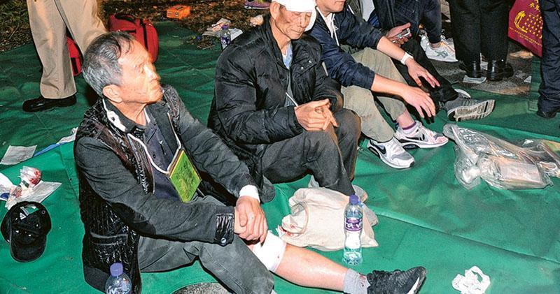 72歲陳伯(左一)是車禍傷者之一。他說每當合上眼睛,都會想起「巴士站旁有個人頭在我前面,我救不到他」,眼睜睜望着一具具屍體被抬出,他難忍男兒淚,「這種鬱結一世都解不開」。(資料圖片)