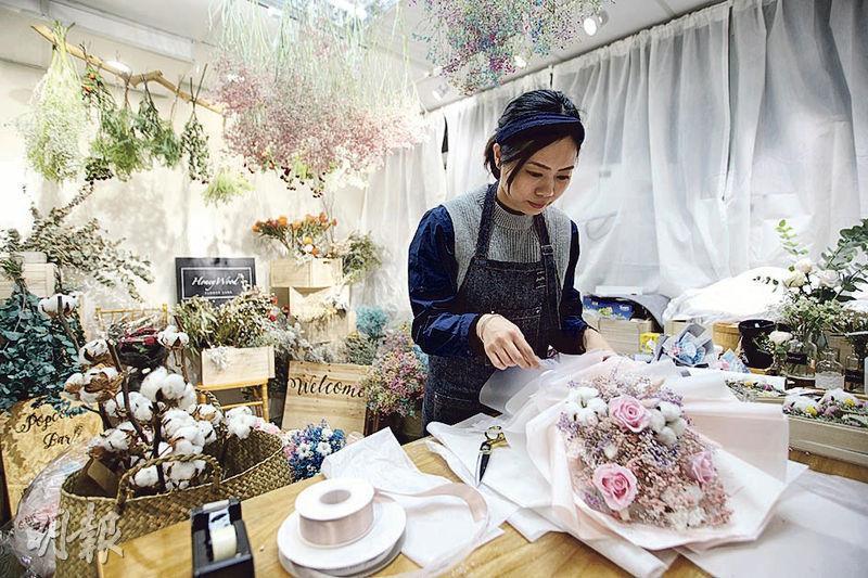 售賣保鮮花的花藝師Heidi(圖)說,情人節的訂單是平日的兩倍,昨晚一直忙於紮花。(曾憲宗攝)