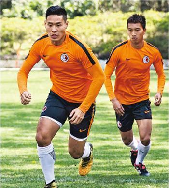 此前因傷無緣省港盃決選名單的中堅梁諾恆(左),昨與黃梓浩(右)等港將參與港隊的賀歲盃首課操練備戰。(余瑋攝)