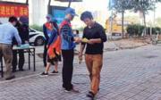 深圳市公安局聯合團市委等機構,組織義工,身穿藍背心在街頭展開反電騙宣傳防範工作。(網上圖片)