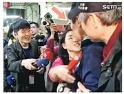 馬英九(箭嘴示)的女粉絲擁抱馬後,突然親吻馬英九右頰。事後記者問馬英九,夫人會否生氣,馬表示「不會」即轉身離開。(網上圖片)