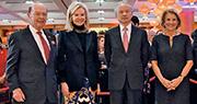 美國商務部長羅斯(左一)13日(年廿八)出席中國大使館新春招待會,與中國駐美大使崔天凱(右二)合影,不料3日後就出招。(中新社)