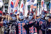 韓國保守陣營昨在首爾示威,抗議策動擊沉「天安艦」的金英哲代表朝鮮出席平昌冬奧閉幕禮。(法新社)