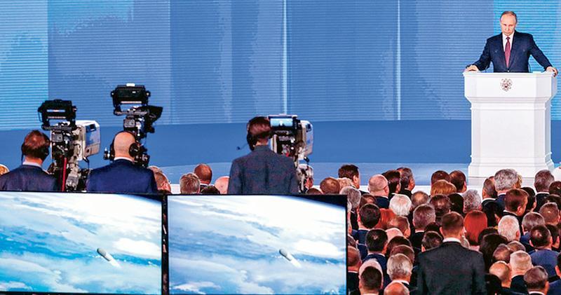 俄羅斯總統普京(右)昨日發表國情咨文,其間介紹俄方新研發的武器,並配以模擬片段(左下方),聲稱其洲際導彈可命中全球任何目標,無懼美國的導彈防禦系統。(網上圖片)