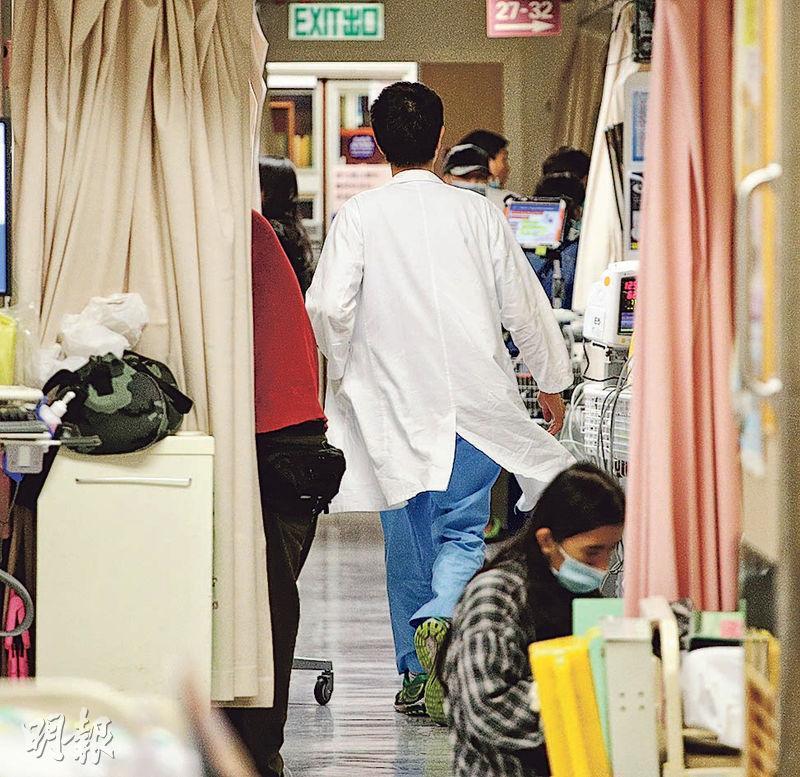 流感高峰下,公立醫院人手緊張,明年推出自願醫保,料會分流病人至私院,但長遠亦可能令私院搶公院醫生,政府正研究增加醫科學額。(曾憲宗攝)