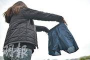 投訴人侯小姐展示當日警方提供予其父親替換的短褲,顯示該條短褲薄得透光。(蘇智鑫攝)