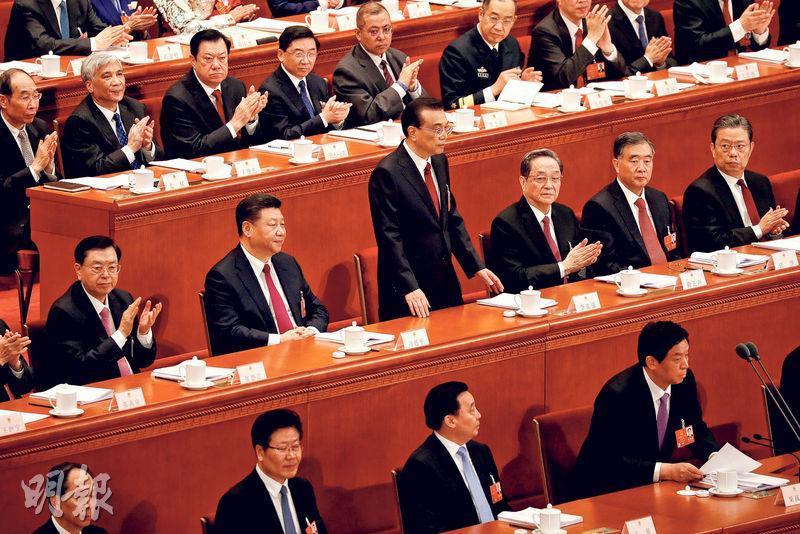 十三屆全國人大第一次會議昨日開幕,國務院總理李克強(中排左三)作政府工作報告後回到座位就座,現場致以掌聲。(路透社)