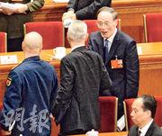 大會結束後,中紀委前書記王岐山(右)主動上前與剛訪美回國的中財辦主任劉鶴(中)握手 。(明報記者攝)