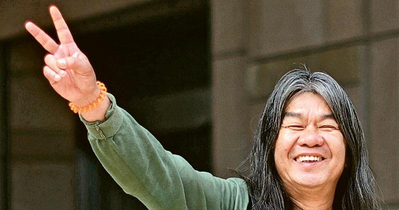 事發時為立法會議員的梁國雄(圖),早前質疑條例不適用於立法會議員,昨獲法庭接納,他於庭外擺出勝利手勢。(蘇智鑫攝)