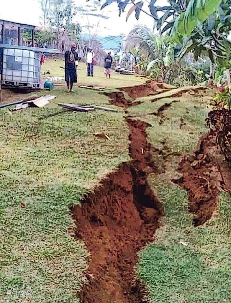 巴布亞新幾內亞上周二(2月27日)南高地省城鎮塔里於地震後,地面出現裂痕,旁邊有房屋受損。(路透社)