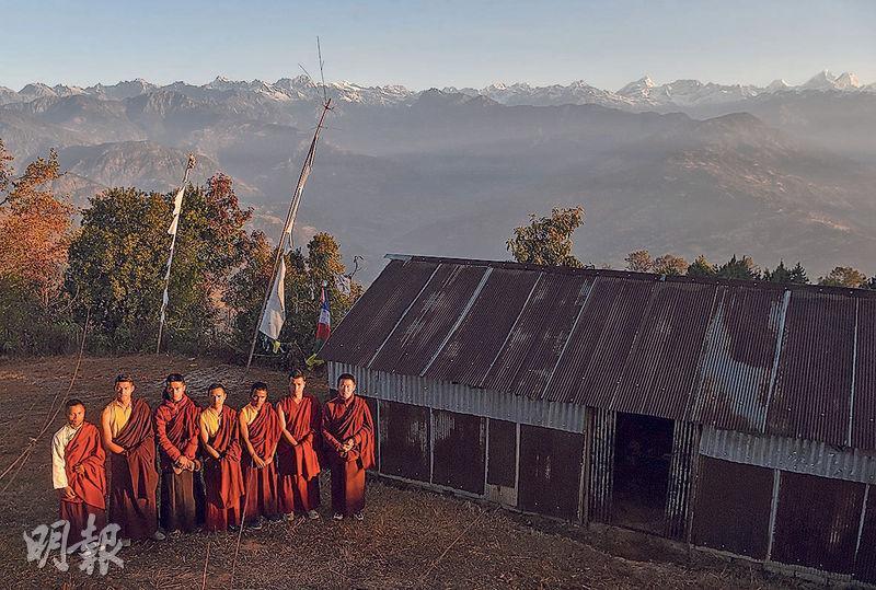 尼泊爾Sindhukot村一群年輕僧侶為協助村落震後重建,決定換上運動服,在喜馬拉雅山山麓練習長跑,希望藉積極參加馬拉松,爭取獎金。(法新社)