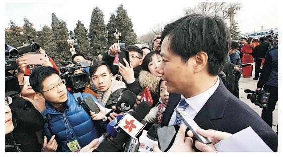 小米董事長雷軍(右)出席兩會時稱,有意進軍美國市場。(中通社)
