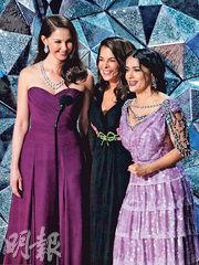 艾絲莉茱迪(左起)、安娜貝拉施奧拿及莎瑪希恩唱好#MeToo反性侵運動。(路透社)