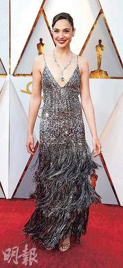 「神奇女俠」姬兒加杜的Givenchy銀色晚裝與Tiffany頸鏈相當閃,當中頸鏈是由總重88卡的藍海寶石及1000顆鑽石組成。