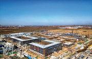 雄安市民服務中心(圖)坐落河北省容城縣,目前仍在趕工。(新華社)