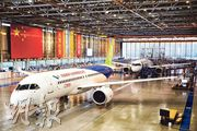 中國開發的C919大型客機(圖)訂單總數高達815架,未來需3至4年時間取得中國民航局的適航證。(中新社)