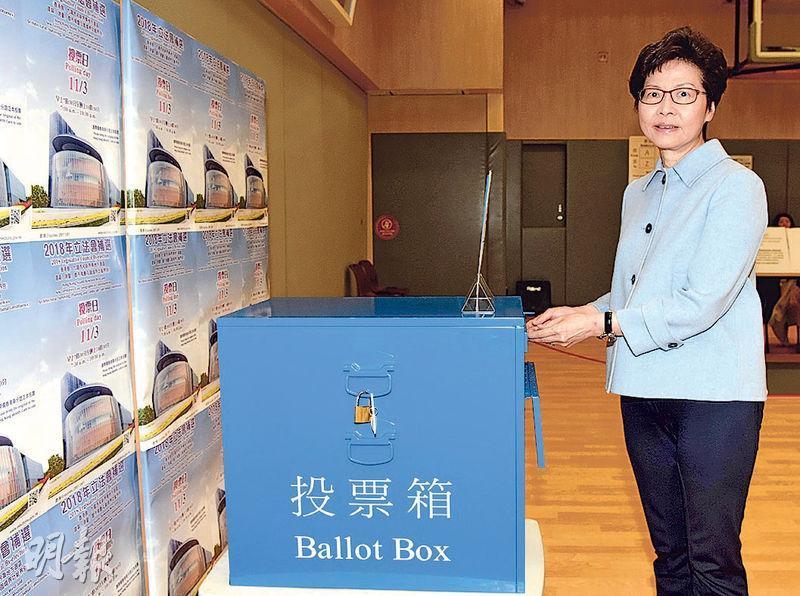 特首林鄭月娥昨晨在德瑞國際學校山頂校舍投票,她未如以往般會見傳媒並呼籲市民投票。