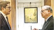 發展局長黃偉綸(左)日前相約港大饒宗頤學術館館長李焯芬(右)到饒宗頤文化館,緬懷饒公不凡嘅一生。李焯芬話,饒公部分荷花作品係參照敦煌壁畫嘅藝術風格來創作。(發展局網頁圖片)