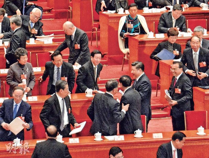 預料接任全國政協主席的汪洋(前排左三)一散會就輕拍將卸任的全國人大委員長張德江(右三)的左臂,旁邊經過的國家主席習近平(右二)和總理李克強(右一)也面露笑容。(明報記者攝)