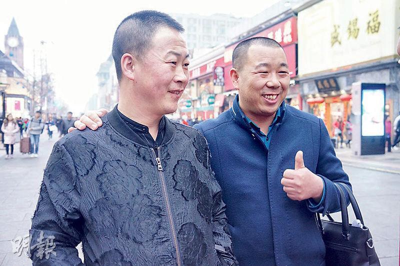 內蒙古33歲張先生(右)說,不知道憲法修正案,但支持習近平,稱習「哪都好、哪都好,沒什麼不好的」。(明報記者攝)