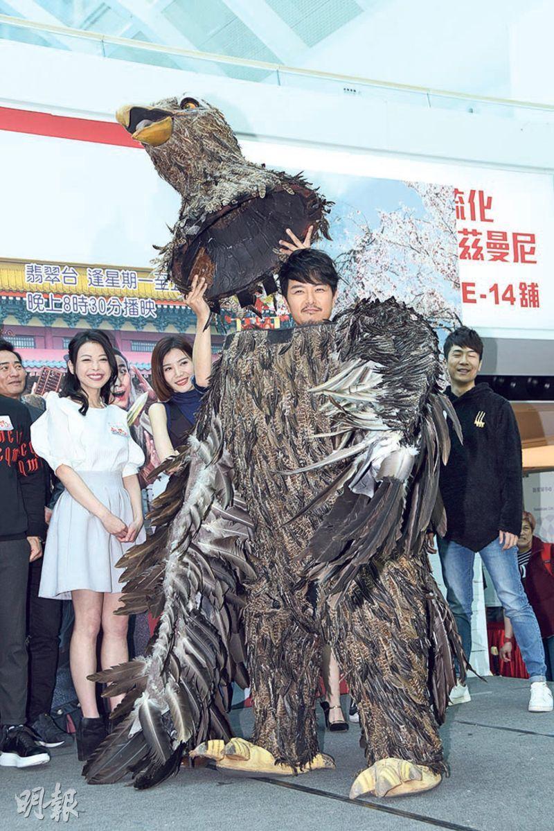 蕭正楠以巨鵰造型現身劇集宣傳活動,惹來不少笑聲。(攝影:鍾偉茵)